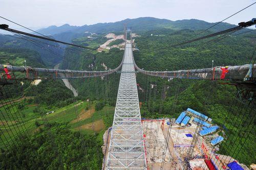 6月11日,张花高速澧水特大悬索桥成功合龙,标志着大桥主体结构完工。目前,该桥是我省第二大跨径悬索桥。本报记者郭立亮摄