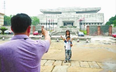 6月11日下午,省博物馆,一家人在大门口拍照留影。