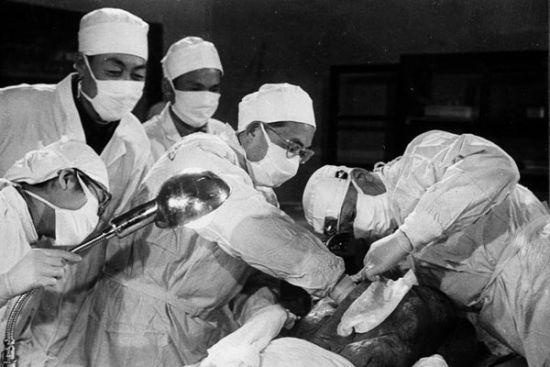 (1972年,辛追解剖时的场景。)
