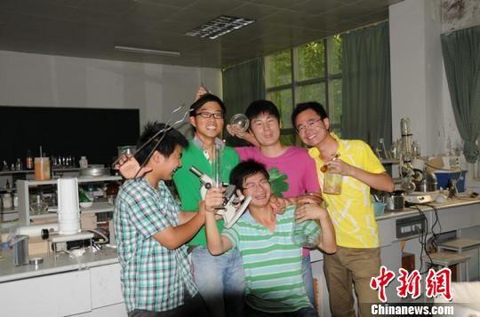 五个小伙在学院实验室的特殊毕业照。
