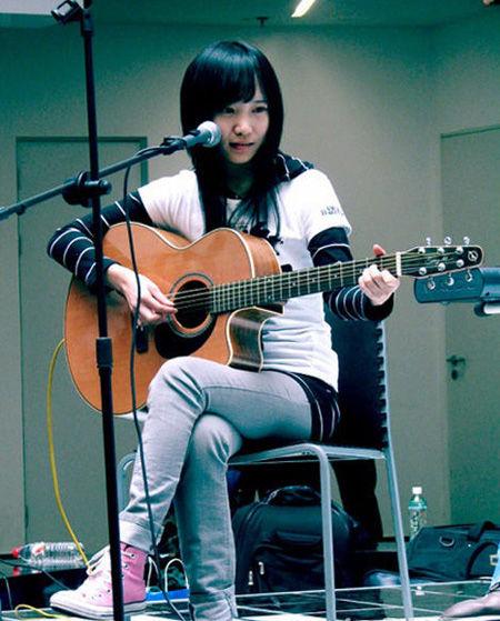简约造型弹吉他