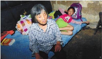 ①6月12日,隆回县桃洪镇文昌村,罗水军的奶奶已三夜未合眼,依旧沉浸在悲伤中,不愿相信孙子离去的事实。