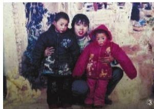 ③罗水军三岁时的照片(左一),奶奶说由于家庭贫困,孙子没拍过什么照片。记者 武席同 摄