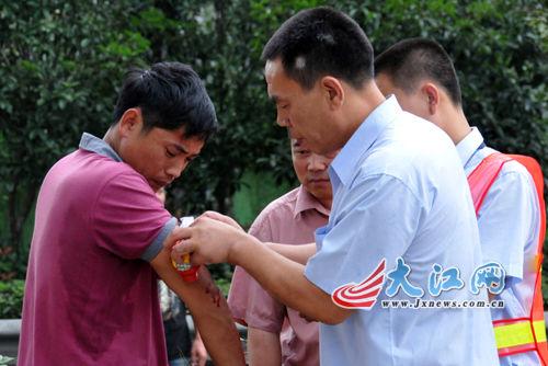 救出司乘人员后,收费站工作人员对其伤口进行初步处理。