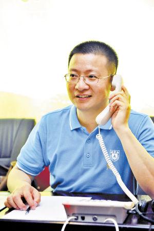 南京大学湖南招生组组长曹永红在本报接听热线答疑。  陈飞 摄