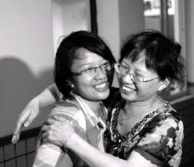 6月25日,长沙市一中,袁帅和班主任老师拥抱在一起。图/记者辜鹏博