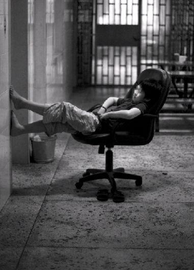 """其他人都睡了,小超一个人呆在走廊。戒毒久了,他的情绪并不稳定。戒毒所的赵阿姨说:""""他有时候很焦虑,会发脾气。""""图/记者杨抒怀"""