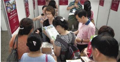 6月26日,教育博览会在省展览馆举行。家长们正在为孩子咨询志愿填报事宜。实习生 唐俊 摄