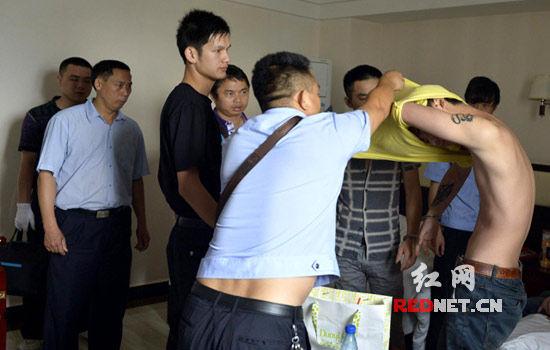 (民警在宾馆抓获3男1女涉毒人员。)