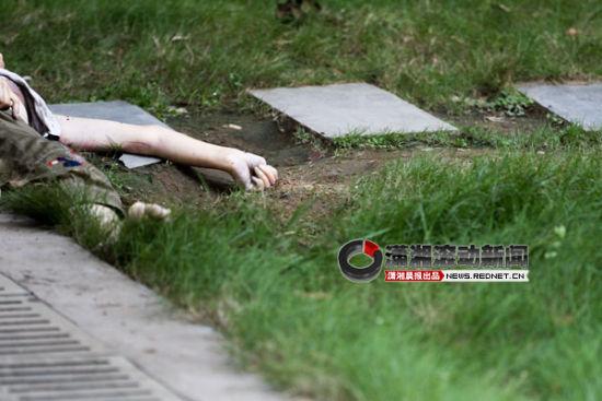 6月29日下午2点多,长沙市雨花区都市馨园小区,一名40多岁女子坠楼身亡。图/潇湘晨报滚动新闻记者 华剑)