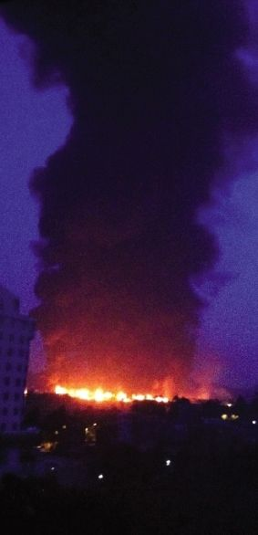6月29日拍摄的爆炸现场(手机拍摄)。图/新华社