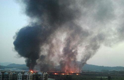 29日04时34分,广深沿江高速夏港出口往麻涌方向一大货车与油罐车(装有40吨汽油)因交通事故泄漏着火,流淌火引燃桥下的露天木材加工厂发生着火。