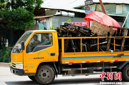 运载事故现场烧毁物残骸的车陆续从事故现场开出 龙宇阳 摄