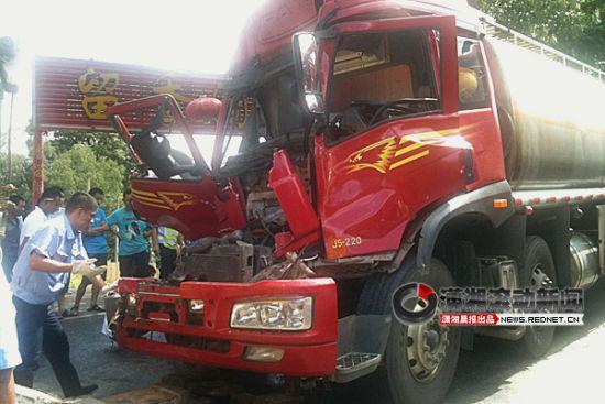 (7月1日中午12点半,一辆油罐车追尾了一辆大货车,油罐车车头损毁严重。图/潇湘晨报滚动新闻记者 刘有志)