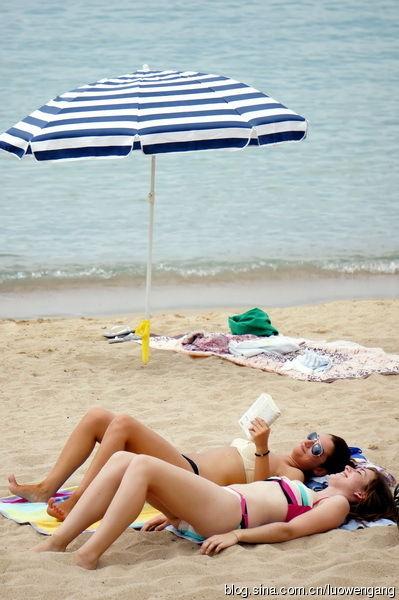 """法国戛纳海滩天体浴场""""裸晒""""实拍"""