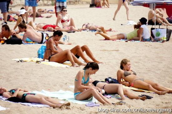 """法国戛纳海滩天体浴场""""裸晒""""实拍(图)(5)"""