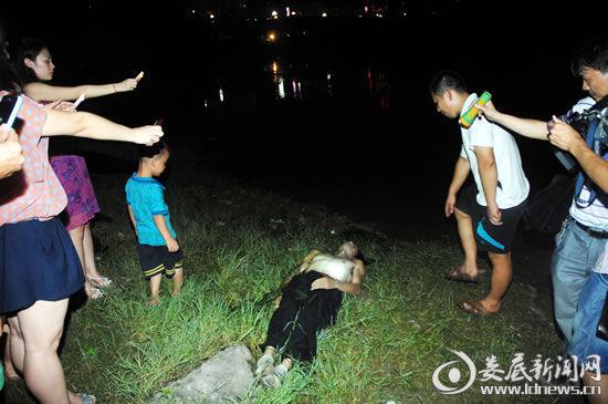 7月3日,娄底市孙水河公园河段,一名27岁的小伙子勇救一家三口却溺水身亡。(吴永华/摄影)