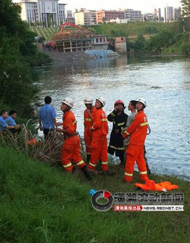 (7月3日下午,邓锦杰下水救人溺亡后,消防队员在现场救援。图/红网网友)