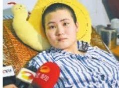 7月4日,康复中的欧东阳。 尹正艳在病床上接受采访。 龙建新 摄