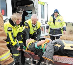 7月5日,在新西兰南岛小镇莫斯本附近,救护人员将一名受伤的中国游客送往医院。新华社发