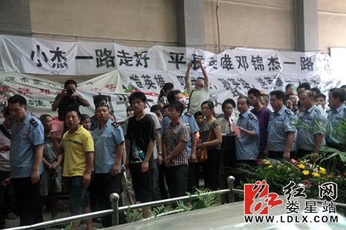 群众自发前来参加邓锦杰追悼会。