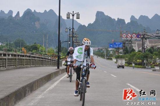 湘潭小伙低碳旅行至武陵源城区