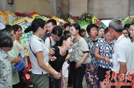 娄底市殡仪馆,邓锦杰的亲属在追悼会上失声痛哭。 记者 谢能武 摄