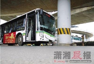 昨日,浦沅立交桥,公交车撞上桥墩,车头已变形。图/李坤
