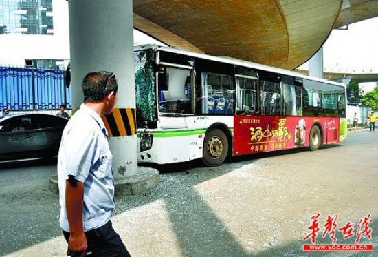 7月8日,长沙市浦沅立交桥下,为避让一辆逆行的电动车,公交车撞上桥墩。实习生 李健 摄
