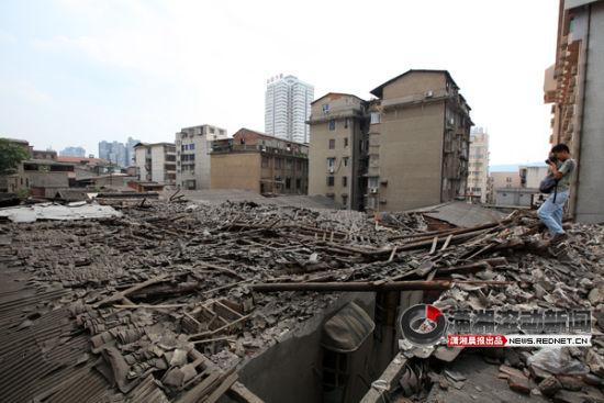 (12日中午,长沙上碧湘街里一栋2层楼的老房子屋顶垮塌。图/潇湘晨报滚动新闻记者 沈荣华)