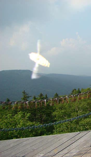 吴春燕在凤凰山观景台连心锁链前拍摄的不明飞行物照片。
