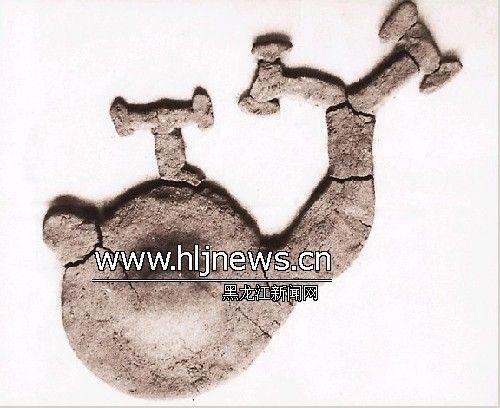 孟照国根据自己的回忆用泥巴做的不明飞行物模型