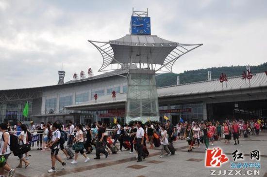 广东游客走出张家界火车站