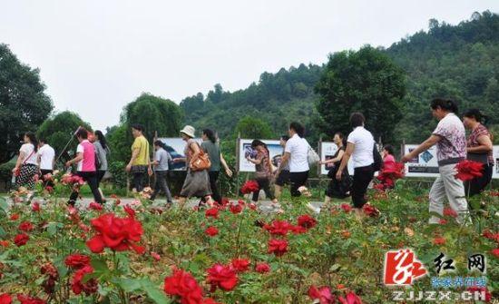广东游客走进黄龙洞广场