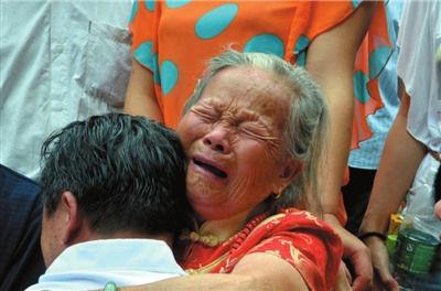 周其凤母子相拥而泣。