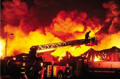 昨日下午,长沙望城区旺旺包装厂一仓库突发火灾。消防部门共出动5个消防中队110多名消防官兵将火势控制。本组图片/CFP