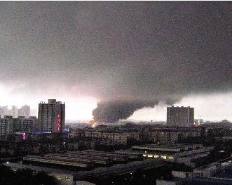 燃烧的厂房冒出黑色的浓烟。