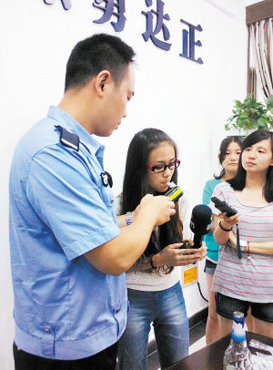 一名女志愿者吃蛋黄派后配合实验。   向琴 小刘军 摄影报道