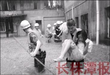7月16日早,株洲市迎来暴雨天气,芦淞区高家坳商业街一低洼处,积水达1米深,消防官兵以手拉绳,组成人链,救出4名被困人员。 通讯员 谢宁 摄