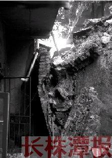 7月16日,株洲市荷塘区茨菇塘街道办事处新月塘社区一栋三层楼房后的护坡发生坍塌。 本报记者 陈杰 实习生 苏一凡 摄