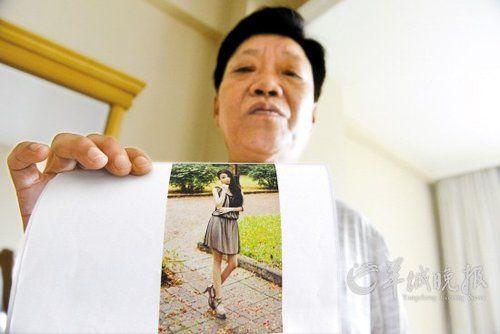 王琳手持女儿生前青春靓丽的照片羊城晚报记者艾修煜摄