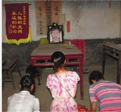7月10日晚,3名获救者在邓锦杰遗像前祭奠。(资料图片)