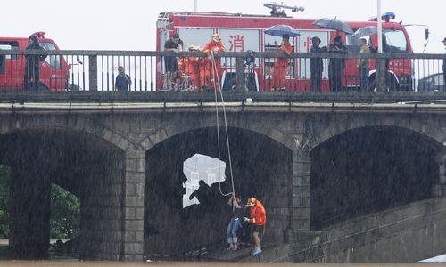 """7月17日下午,消防官兵在麻阳苗族自治县富州大桥救援被困桥下的群众。7月15日至17日,麻阳境内普降大到暴雨,形成""""7·17""""暴雨山洪灾害。 陈建武 蒋光禄 滕晖摄影报道"""