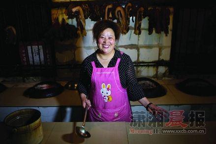 阿庆嫂的笑容一向灿烂,面对照相机,却局促起来。俏皮鬼喊:阿庆嫂的菜真好吃,一天能赚5万!她的笑就上来了……