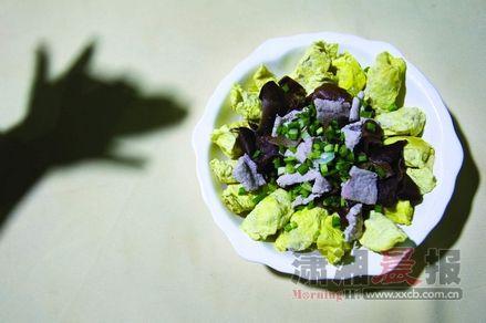 蛋饺:黄灿灿的蛋饺,是旧时邵阳人年关的味道、团圆的味道,如今每天早上九点,阿庆嫂就坐在厨房包蛋饺。且不说味儿,它长得真漂亮,像一轮月亮。