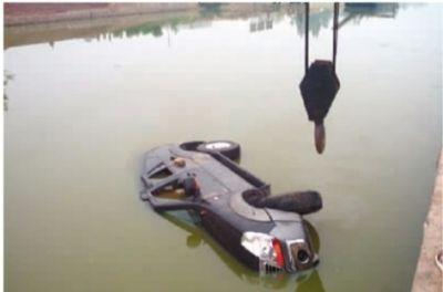 6月21日,陈卫国的车落入水中翻了。