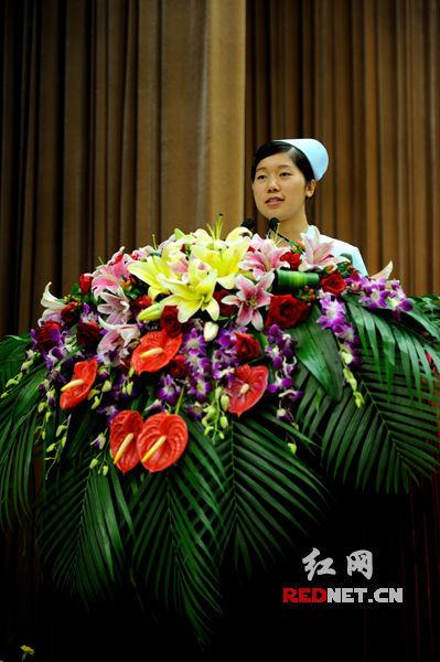 """(""""80后最美护士""""株洲市二医院普外科护士何遥讲述了自己挽救病人张大爷的生死瞬间。)"""