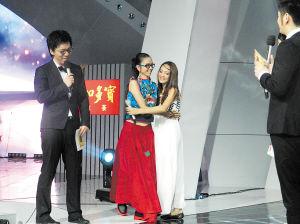 杨丽萍拥抱董继兰给鼓励。湖南卫视供图