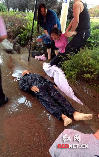 死者雨衣还穿在身上。