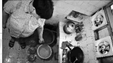 面对35个小时停水时间,河西望月湖小区的蒋阿姨家蓄水不少。 实习生 唐俊 摄